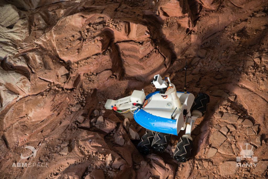 Łazik pobierający próbki w makiecie krateru marsjańskiego podczas konkursu Remote Mars Yard 2016 (Fot. Maciej Urbanowicz)