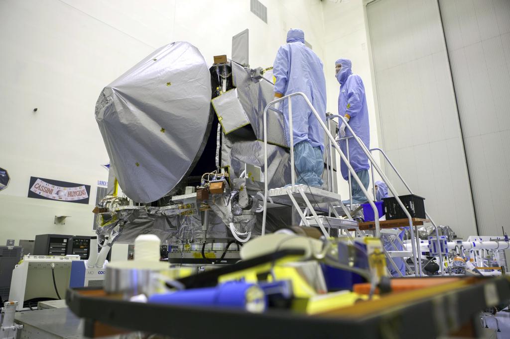 Sonda OSIRIS-REx podczas przygotowań osłony termicznej w Kennedy Space Center. Źródło: NASA/Michelle Stone