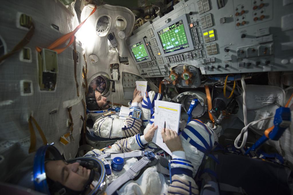 Astronauci przygotowujący się do lotu w kapsule Sojuz. Źródło: ESA, GCTC