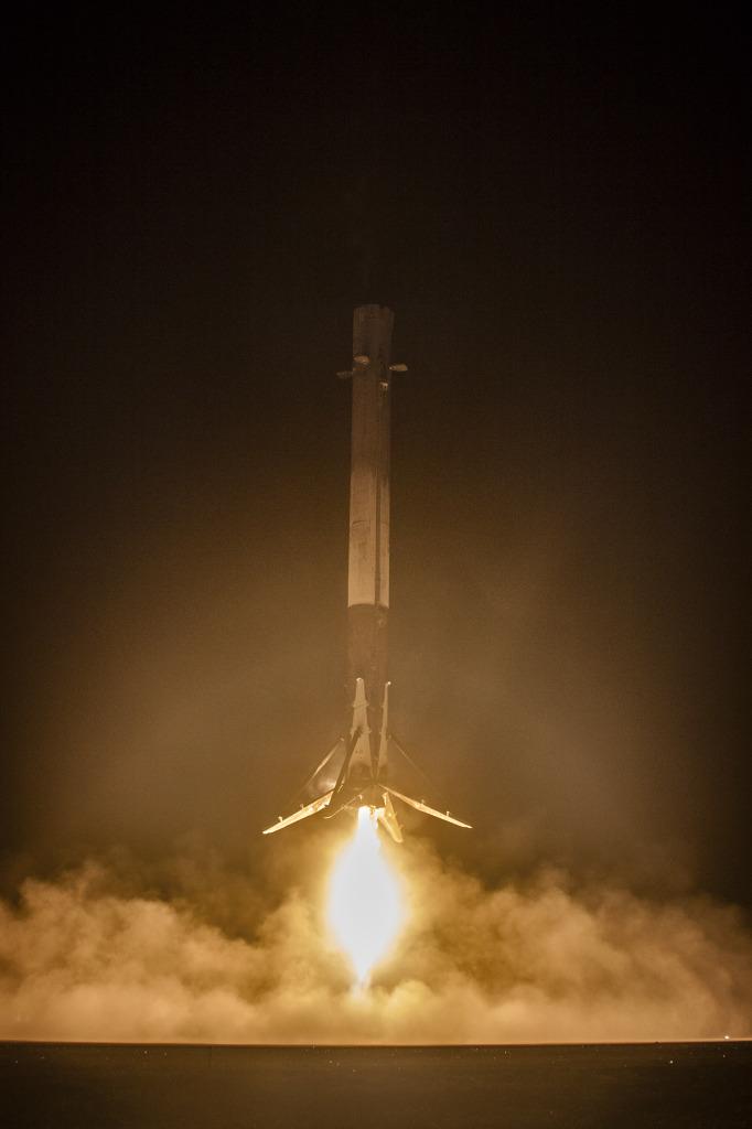 Nocne lądowanie pierwszego stopnia rakiety Falcon 9. Źródło: SpaceX