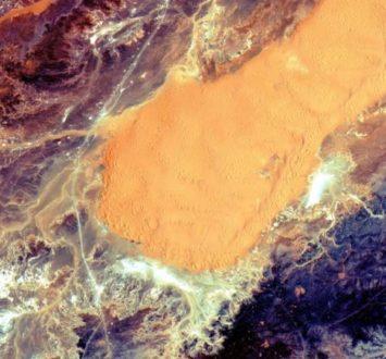 Jedno z pierwszych zdjęć z satelity Sentinel-2A przedstawiające piaszczystą i skalistą część Sahary leżącą na terenie Algierii